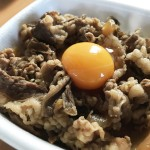 料理人笠原将弘氏の吉牛の食べテク!『濃厚&サラサラ牛丼のツープラントン』を実際にやってみました